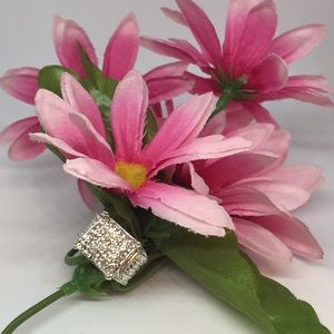 Jewelry - EXQUISITE! Cluster Crown Ring